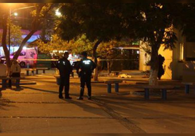 El cuerpo del joven ejecutado quedó afuera del edificio.