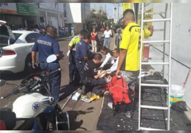 El pintor resultó con serias lesiones después de la fuerte descarga eléctrica que recibió.