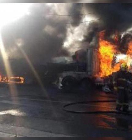 Fotografía cedida por el Diario Noticias Cuautla en la que se observa al cuerpo de bomberos durante las labores de extinción del fuego provocado por un accidente de tránsito este miércoles, en Cuautla