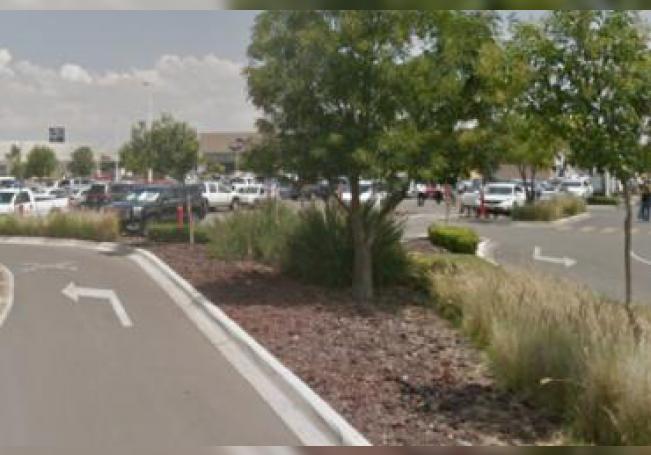 Sujetos armados arribaron al estacionamiento y balearon a dos personas, mismas que perdieron la vida en el lugar.