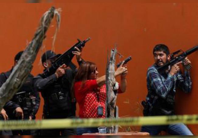 Miembros de fuerzas federales se enfrentan a un grupo armado tras el asesinato de un elemento de la policía este viernes, en el municipio de Tlajomulco, en el estado de Jalisco (México).
