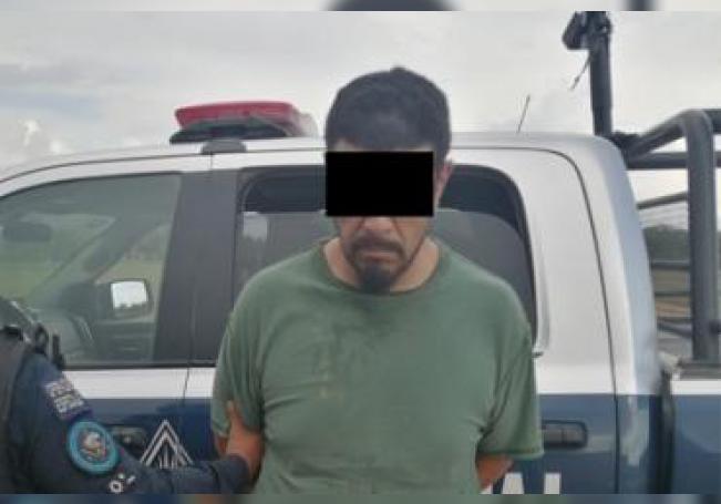 El sujeto fue detenido luego de intentar huir de los oficiales.