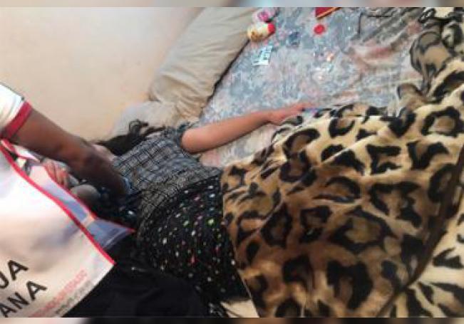 La menor fue atendida por los paramédicos al interior de su casa, posteriormente fue trasladada a un hospital.
