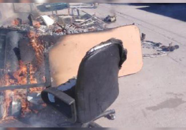 En la vía pública les prendieron fuego a los artículos.