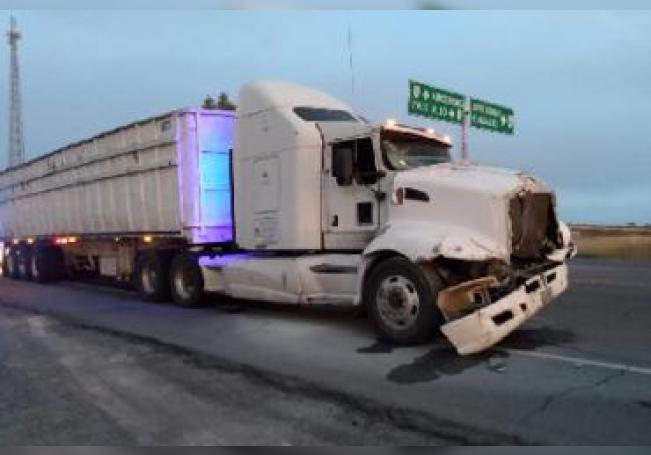 Un tráiler impactó a una unidad de transporte de personal a la altura del entronque con la carretera 43