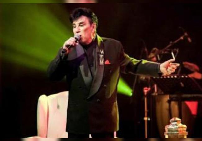 Gualberto inicia una fructífera carrera como cantante y en 1975 ganó el Festival de la OTI con el tema La Felicidad.