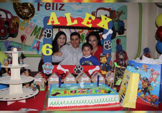 En su tertulia, el cumpleañero Alejandro Aguirre Hernández.