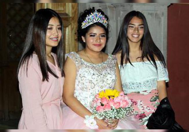 Ximena Grisell Flores Montoya con dos de sus amigas.