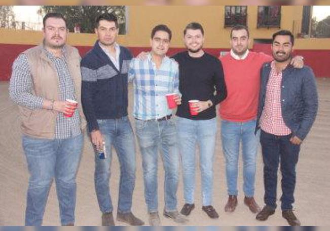 Tarde de amigos, brindis y paella celebrando el cumple de Diego.