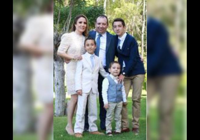 Andrés acompañado por su familia.