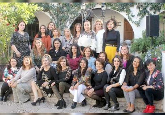 Se reencontraron egresadas de secundaria del Colegio La Paz.