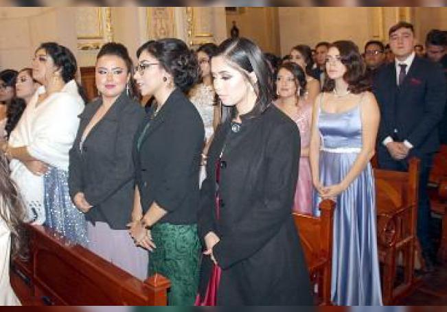 Durante la misa en su honor, los egresados.