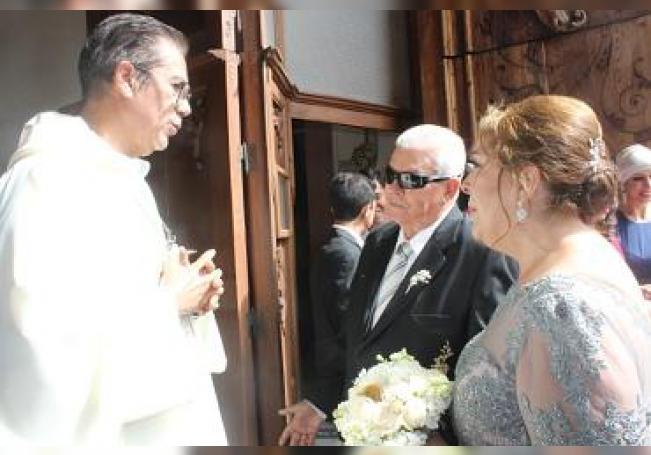 A su arribo al templo, los esposos Josefina y Antonio.