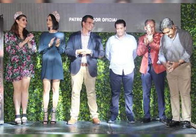 Durante la presentación del elenco artístico.