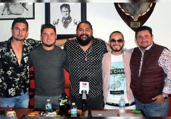 """Quique """"Tron"""" Padilla, Osbaldo Correa, Sebastián Díaz y Marx Rodríguez, integrantes del grupo, acompañados de su representante Manolo Ayala."""