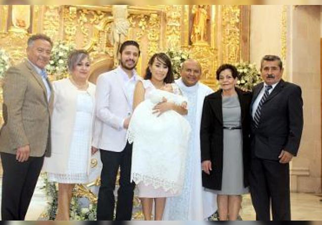 Al término de la ceremonia, Regina con sus papás, padrinos y el padre que la bautizó.