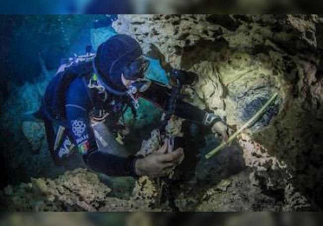Fotografía fechada el 04 de abril de 2016, que muestra un experto del INAH en las hogueras de la cámara de los ancestros en el estado de Yucatán.