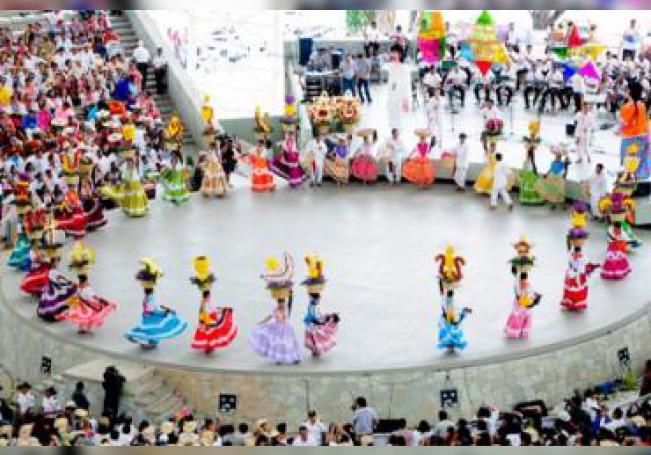 Mujeres bailan en trajes típicos en una representación folclórica durante el tradicional festival de la Guelaguetza, que presenta el folclore de los diferentes pueblos de Oaxaca.