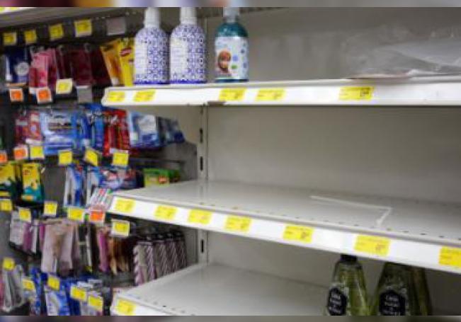 Han pasado semanas y aún existe el desabasto de gel antibacterial, alcohol, guantes, glicerina, cubrebocas y en algunos casos papel higiénico, situación que pudimos constatar al realizar un recorrido por algunos supermercados y farmacias en la ciudad.