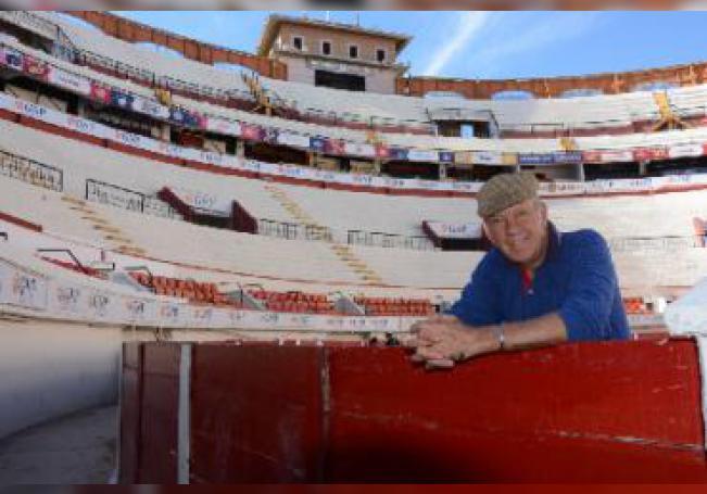Consagrado como un torero clásico, repartió sus actuaciones entre España y México, con 32 años en la tauromaquia realizó 1,003 corridas hasta su retiro en el 2009.