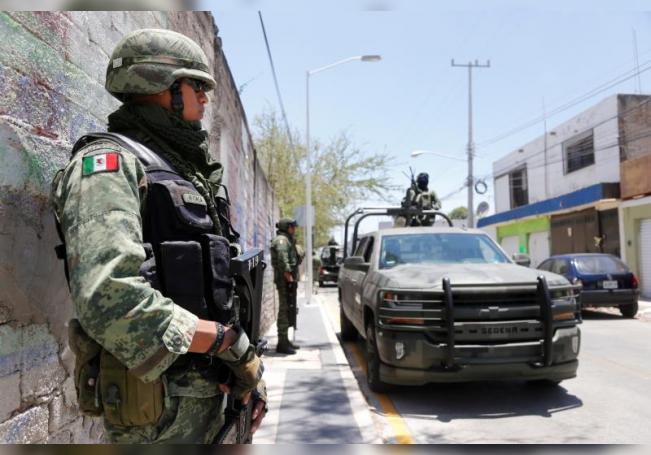 Elementos del ejército mexicano resguardan la zona donde fueron secuestrados unos turistas en la ciudad de Guadalajara, estado de Jalisco (México). EFE/Francisco Guasco/Archivo