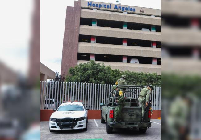 Agentes de la Guardia Nacional permanecen al exterior del Hospital Ángeles del Pedregal, el 28 de julio de 2020, donde se encuentra el exdirector de Petróleos Méxicanos (Pemex), Emilio Lozoya, en Ciudad de México (México). EFE/José Pazos