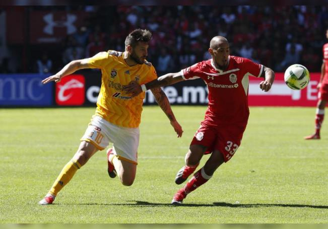 Jonatan Maidana (d) de Toluca disputa un balón ante André-pierre Gignac (i) de Tigres. EFE/ Emiliano González/Archivo