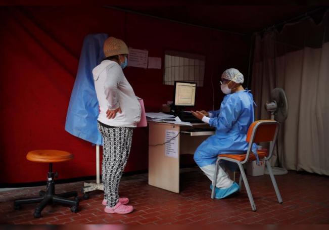 Una mujer embarazada asiste a un control rutinario el 27 de julio de 2020, en Instituto Nacional Materno Perinatal de Lima (Perú). EFE/ Paolo Aguilar