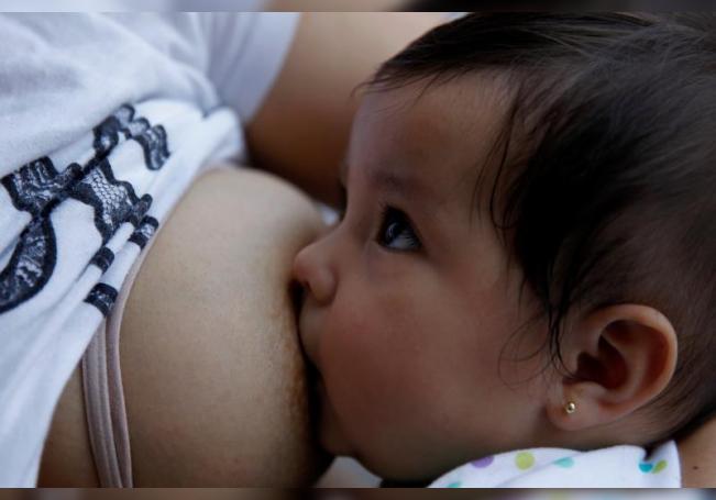 Una mujer amamanta a su bebé el 15 de julio de 2020, en Ciudad de México (México). EFE/ Sáshenka Gutiérrez