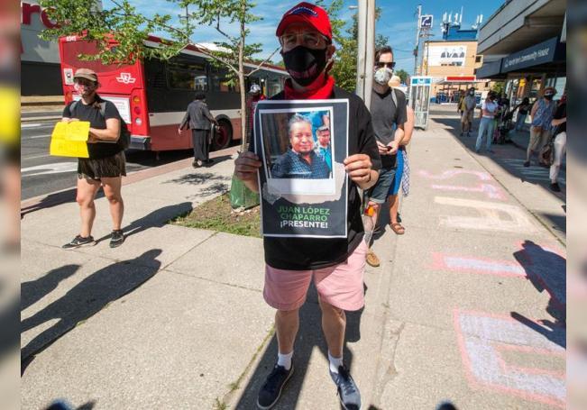 Fotografía del 4 de julio donde aparece Marco Mendicino sosteniendo un cartel con la imagen de Juan López Chaparro que murió a consecuencia de COVID-19, durante una manifestación para reclamar que los jornaleros extranjeros puedan solicitar la residencia permanente en Toronto, Canadá. EFE/Julio César Rivas