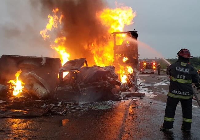 El conductor de la camioneta lamentablemente falleció calcinado al interior de la misma.