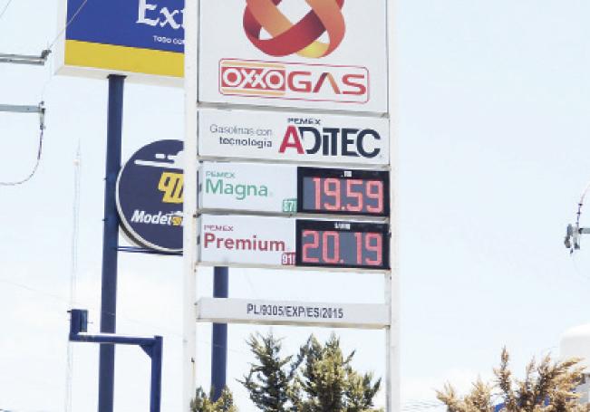 La gasolina Premium ya rebasó en algunos casos los 21 pesos por litro y la gasolina regular está sólo a centavos para llegar a 20 pesos por litro.