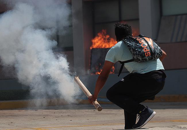 Unos 300 estudiantes de la Escuela Normal Rural de Ayotzinapa lanzaron cócteles molotov contra la sede del Congreso del Estado de Guerrero, incendiando parte de la fachada y causando desperfectos en oficinas.