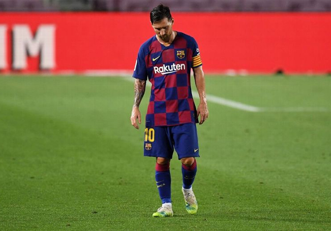 Messi salió notablemente molesto del campo tras caer ante el Osasuna y así sepultar cualquier esperanza de pelear la liga.