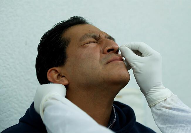 Un epidemiólogo del Hospital Juárez de México, toma una muestra a un posible paciente con Covid-19.