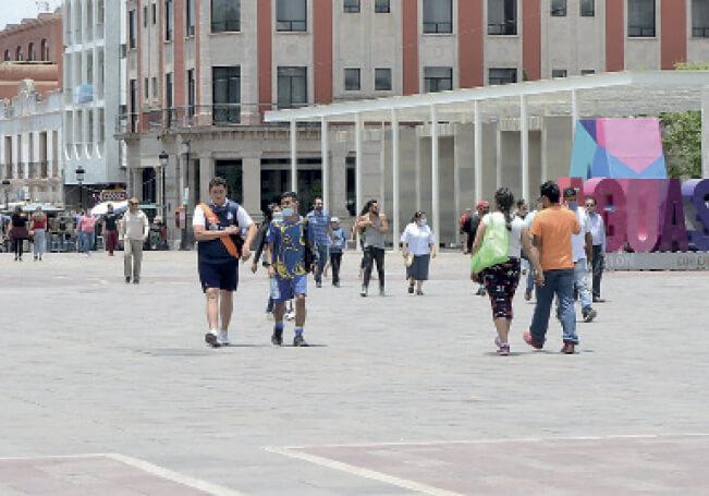 Paseantes en la Plaza, ayer al mediodía.