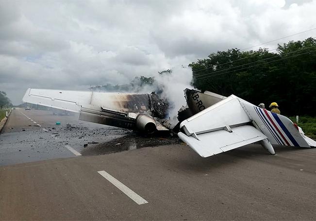 Elementos del cuerpo de bomberos laboran el la zona donde se incendio una avioneta en el municipio de Felipe Carrillo Puerto en el estado de Quintana Roo.