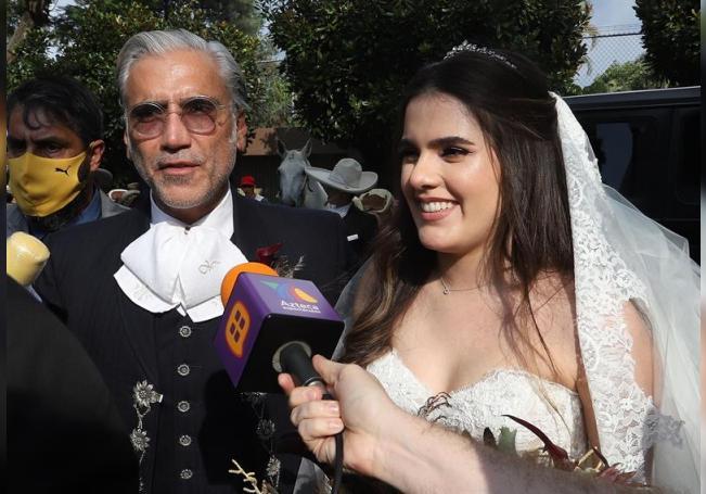 El cantante mexicano Alejandro Fernández (i) fue registrado este sábado al acompañar a su hija Camila (d), a su llegada a la iglesia donde la joven contrajo matrimonio, en el municipio de Zapopan, estado de Jalisco (México). EFE/Francisco Guasco