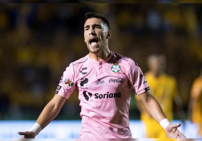 En la imagen un registro de Fernando Gorriarán, centrocampista uruguayo del Santos Laguna, quien anotó los dos goles de su equipo en la victoria 2-0 sobre las Chivas de Guadalajara. EFE/Miguel Sierra/Archivo