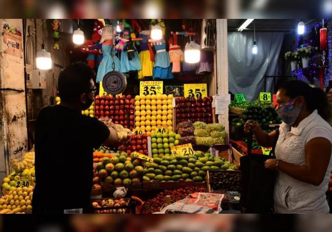 Un comerciante vende fruta el 31 de julio de 2020, en la Central de Abastos, en Ciudad de México (México). EFE/ Jorge Núñez