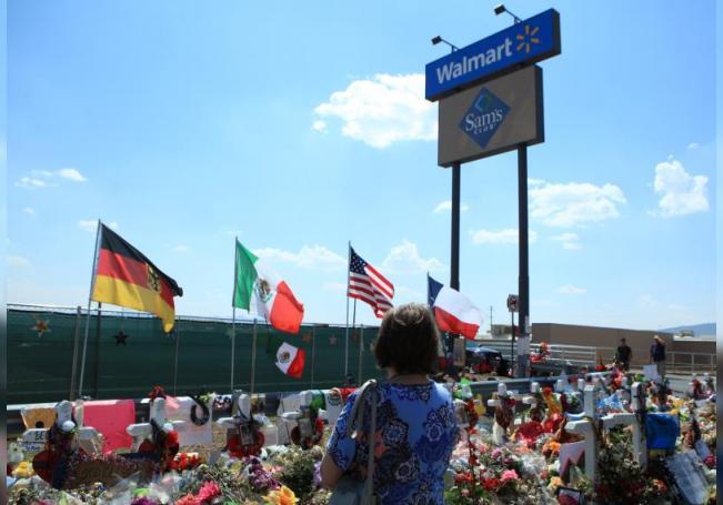 Una mujer ora en el sitio donde se colocó un memorial por las víctimas del tiroteo en Walmart de El Paso, en el estado de Texas (EE.UU. EFE/Luis Torres/ Archivo . Foto: Luis Torres.