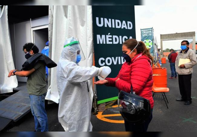Empleados de la Salud de México practican pruebas a personas en un pabellón instalado en la Central de Abastos, en Ciudad de México (México). EFE/ Jorge Núñez/Archivo
