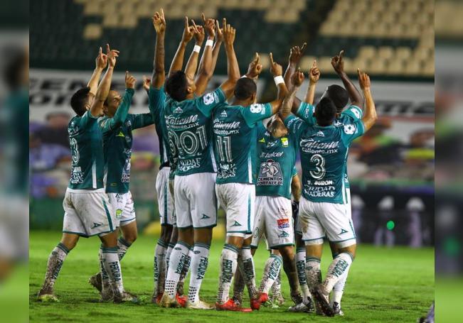 Los jugadores de León festejan una anotación ante el equipo Monterrey, este lunes, durante el partido de la jornada 2 del torneo Guard1anes 2020 del fútbol mexicano. EFE/ Luis Ramírez