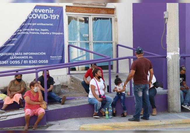 Familiares esperan información sobre enfermos de la COVID-19 al exterior del Hospital Regional, este lunes, en la ciudad de Monterrey, en el estado de Nuevo León (México). EFE/María Julia Castañeda