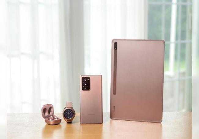 Fotografía cedida por Samsung donde se muestran sus auriculares inalámbricos, su reloj, su teléfonos Galaxy Note 20 y su tableta Galaxy Tab S7. EFE/ Samsung NO VENTAS? SOLO USO EDITORIAL