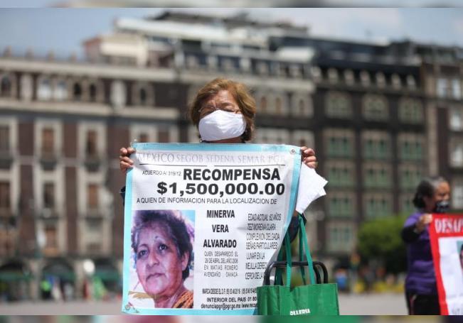 Una familiar de desaparecidos participa en una caminata para exigir justicia y verdad, este miércoles en el Zócalo de la Ciudad de México (México). EFE/Sáshenka Gutiérrez