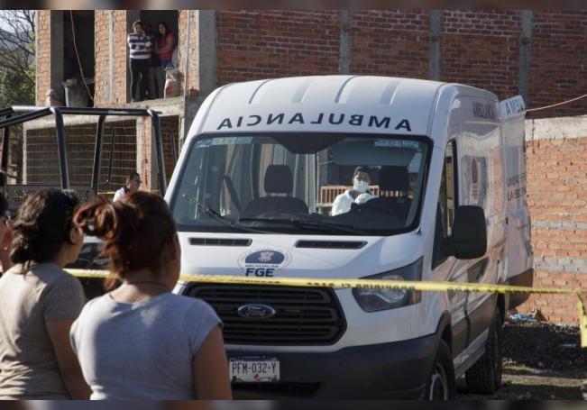 Peritos forenses trabajan este martes, en uno de los sitios donde un total de diez personas fueron asesinadas a balazos, en Michoacán (México). EFE/ Ivan Villanueva/Archivo