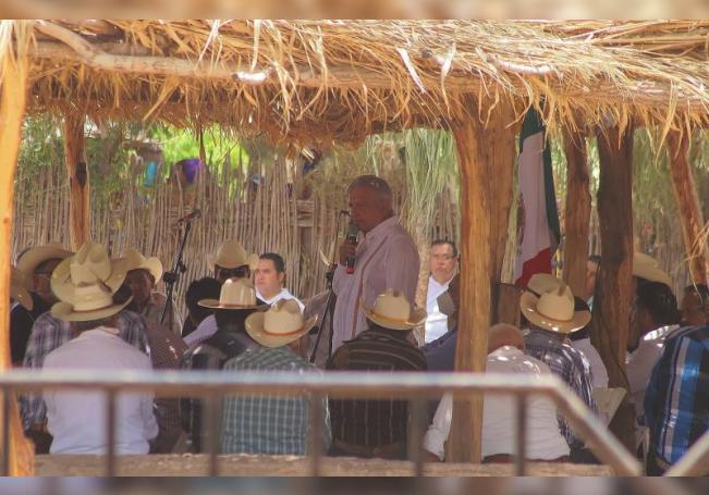 El presidente mexicano, Andrés Manuel López Obrador, habla este jueves con gobernadores de los 8 pueblos Yaquis en el municipio de Vícam, estado de Sonora (México). EFE/ Daniel Sánchez