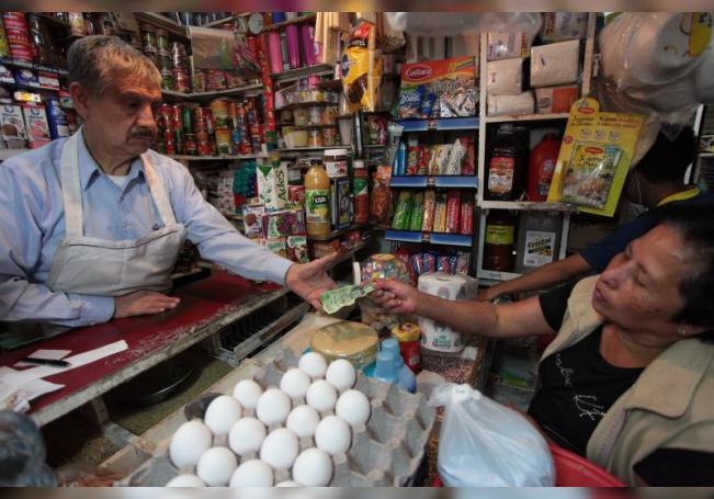 Una mujer Compra sus productos básicos en Ciudad de México. EFE/Sáshenka Gutiérrez/Archivo