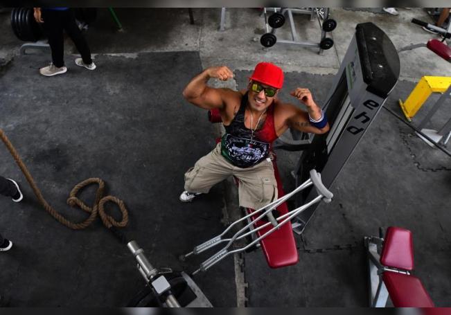 Paul Villafuerte posa en el gimnasio Barras Praderas, el 7 de agosto de 2020 en el municipio de Naucalpan (México). Aun con una sola pierna, Paul Villafuerte entrena duro en Barras Praderas. EFE/Jorge Núñez